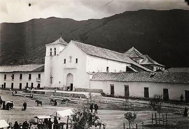 Esta es la plaza principal de Villa de Leyva antes de ser empedrada.
