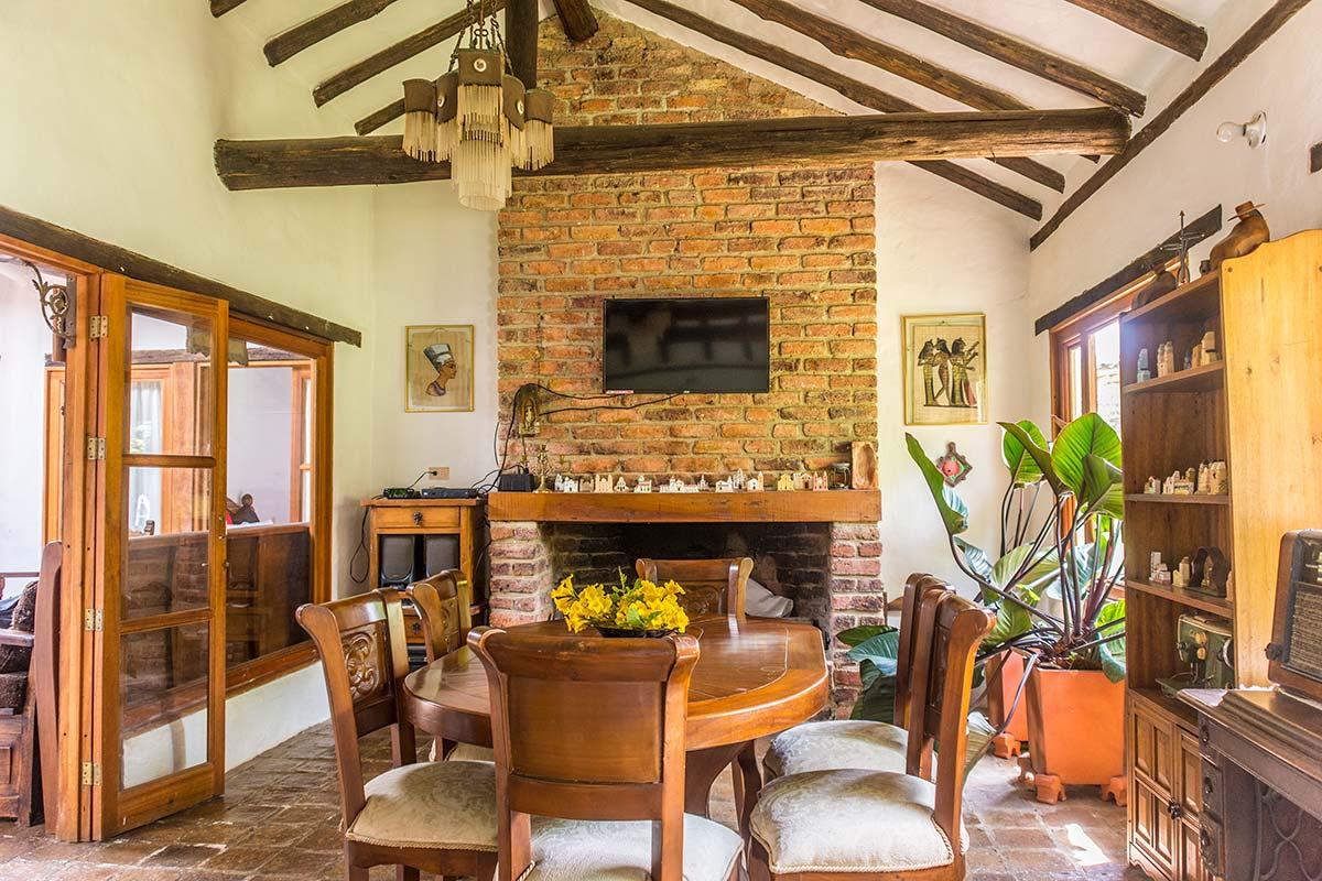 Alquilar Casa Flores en Villa de Leyva - Comedor y chimenea