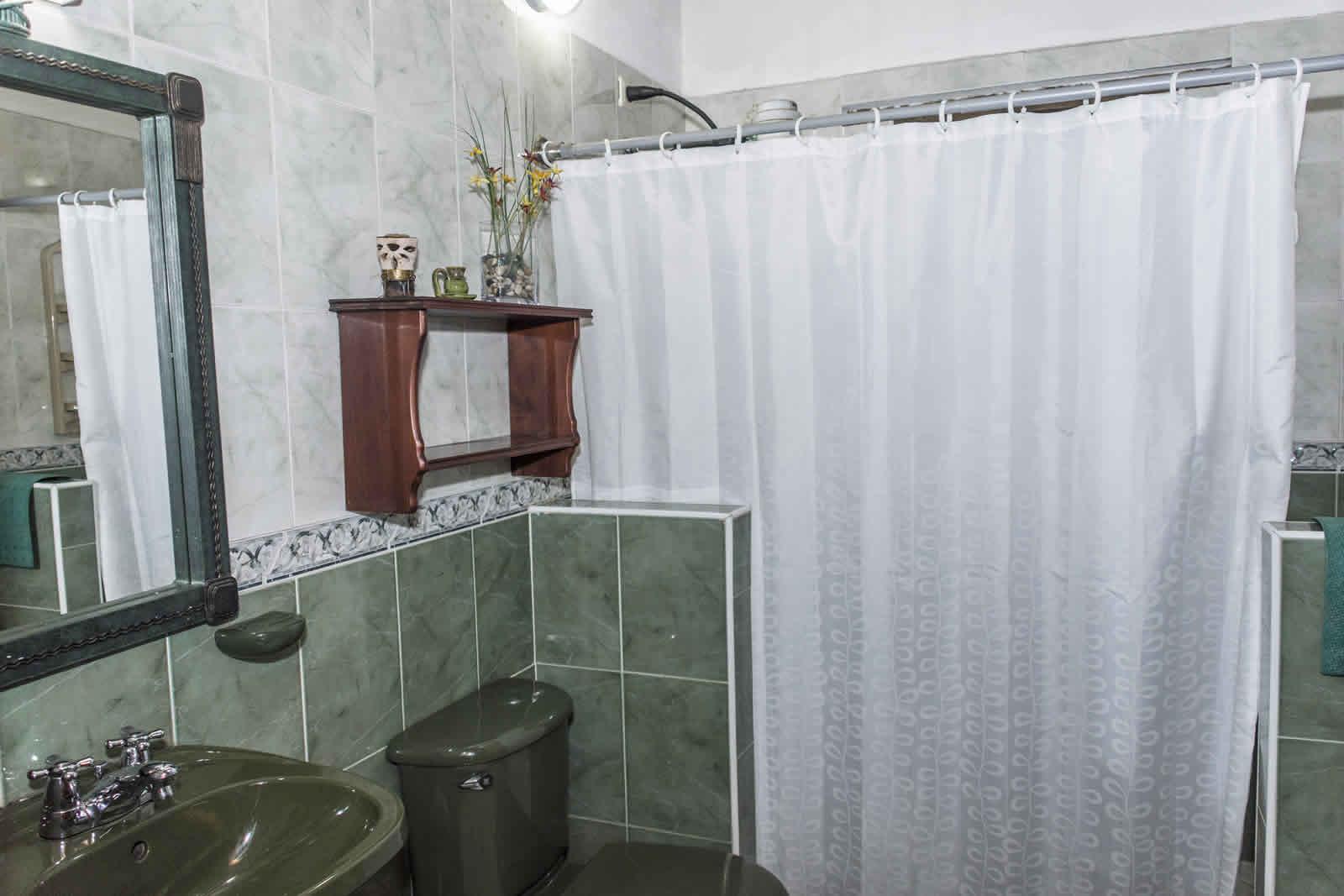 Baño auxiliar casa El Pino en Villa de Leyva