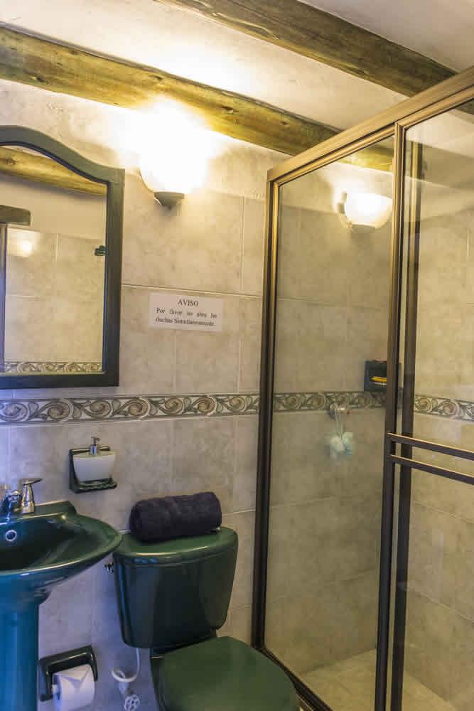 Baño habitación principal de la casa de los castillo en Villa de Leyva