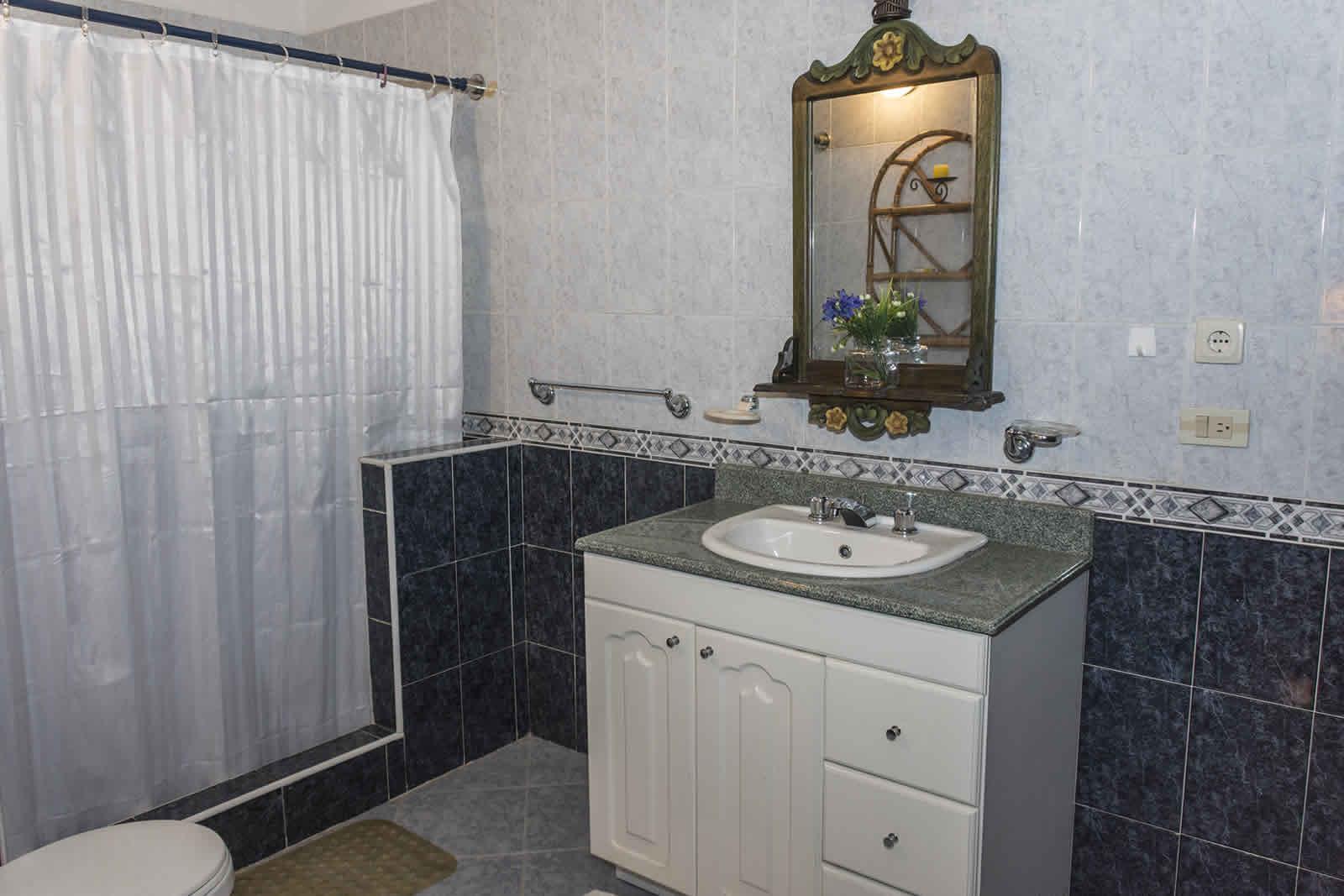 Baño habitación Principal casa El Pino en Villa de Leyva