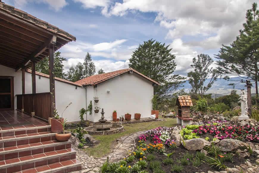 Jardín posterior casa colina de piedra en Villa de Leyva