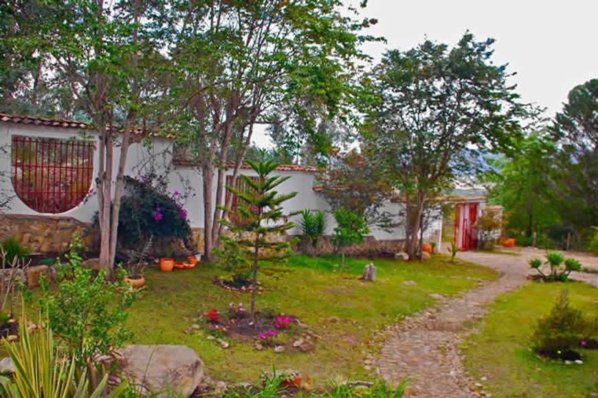 Jardín frontal casa colina de piedra en Villa de Leyva
