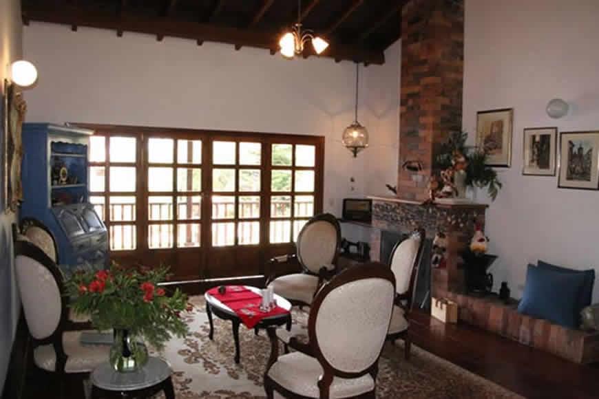 Sala casa colina de piedra en Villa de Leyva