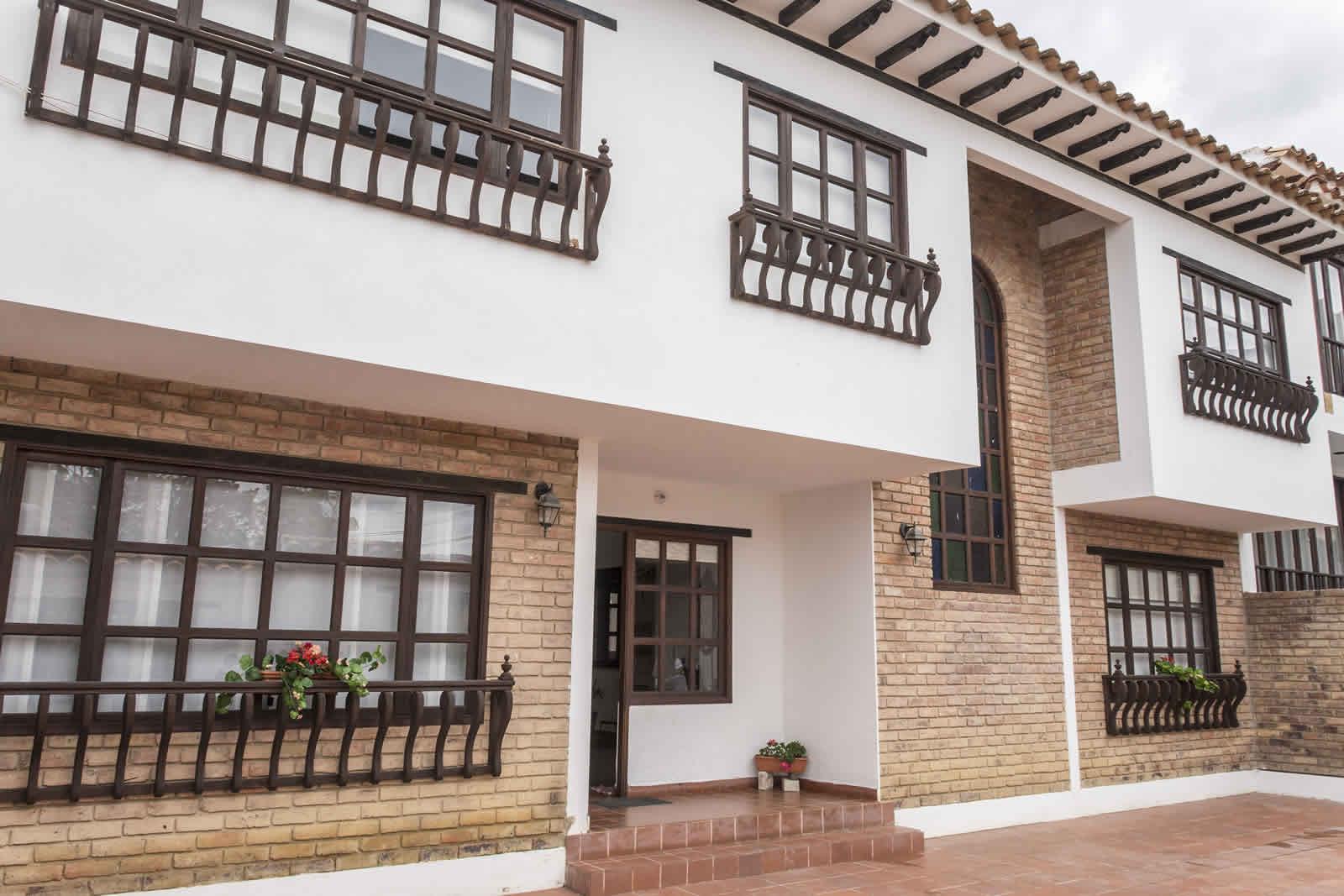 Fachada casa rosa Villa de Leyva