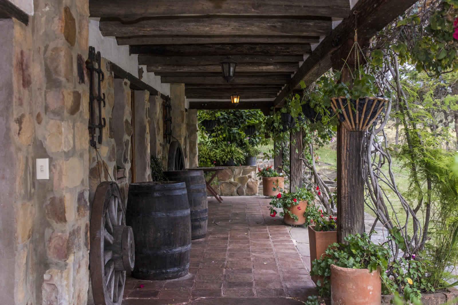 Pasillo habitaciones casa El Pino en Villa de Leyva