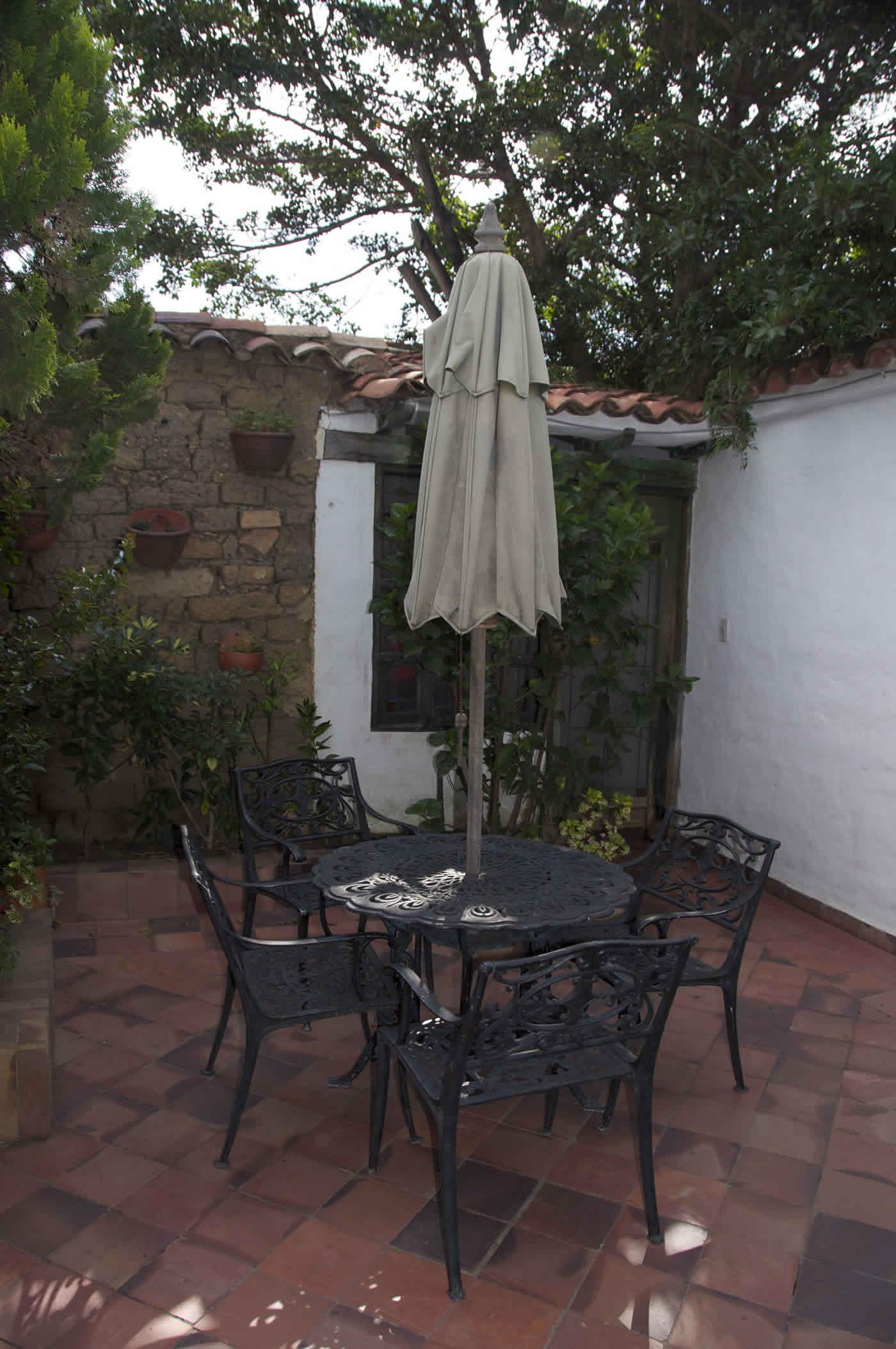 Patio con mesa en la casa de los castillo en Villa de Leyva