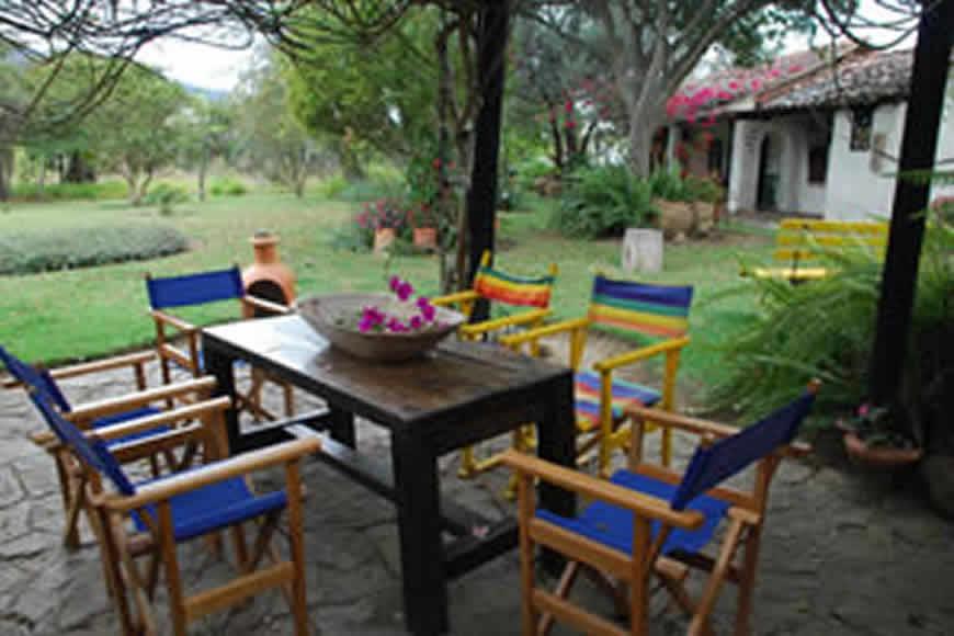 comedor exterior cabaña la rupa en Villa de Leyva