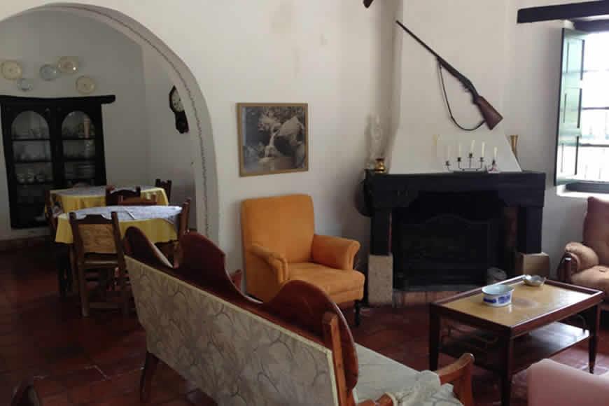 Sala con Chimenea casa shonsua en Villa de Leyva