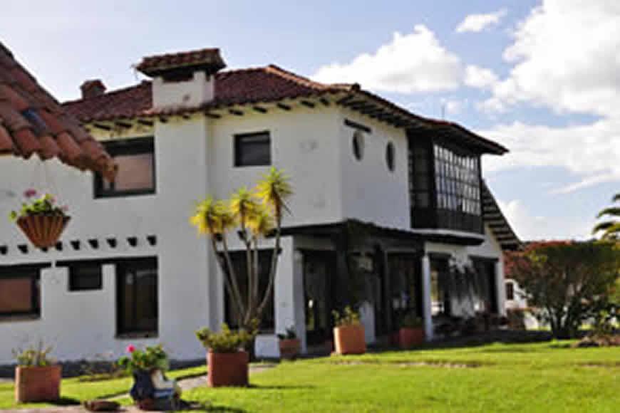 Frente casa Tamoe en Villa de Leyva