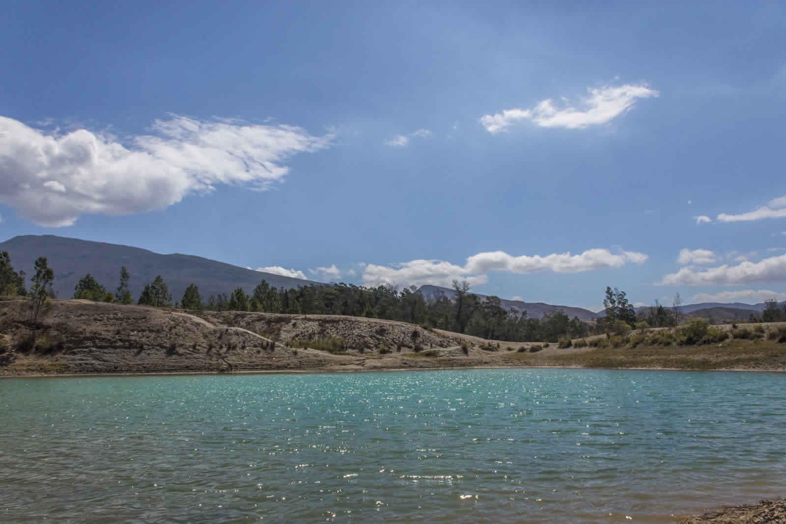 Paisaje de los pozos azules de Villa de Leyva
