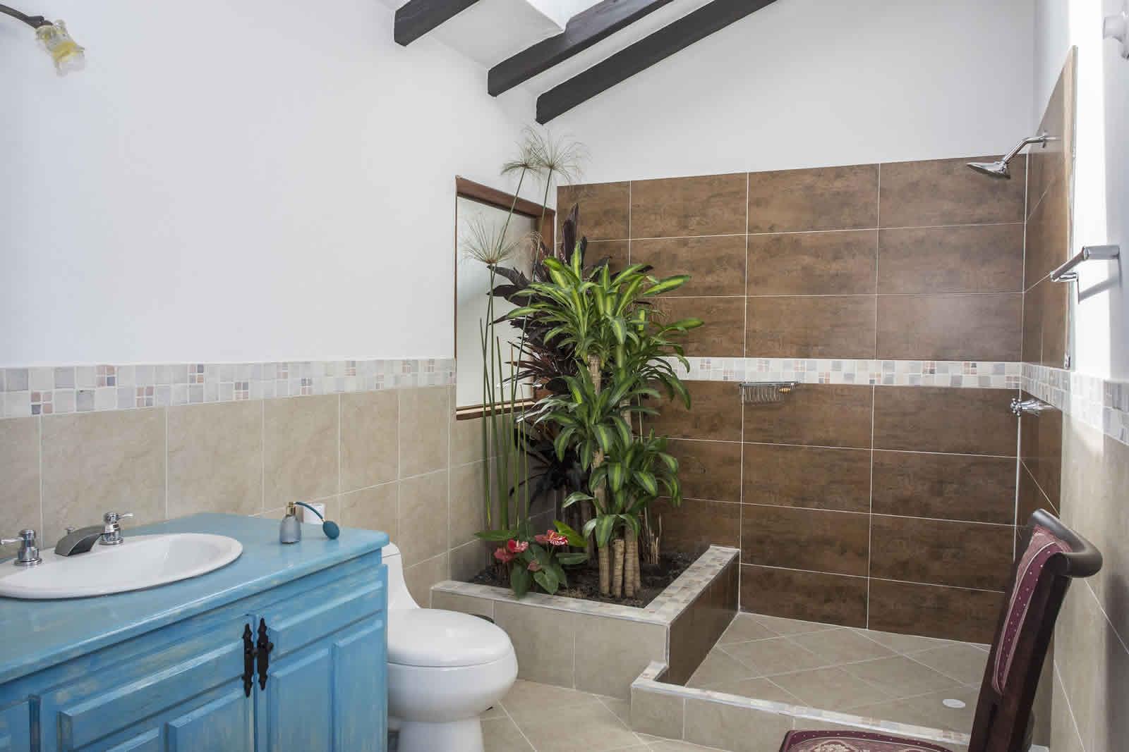 Alquiler Casa Azul en Villa de Leyva baño habitación principal